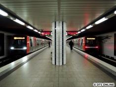 Zugbegegnung in der Haltestelle Horner Rennbahn