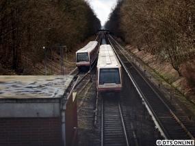 Ungewöhnliches ging bei der HOCHBAHN am 3. März vor sich… Binnen weniger Minuten fuhren insgesamt drei Leerzüge durch die Haltestelle Berne. Sie fuhren recht langsam und hielten ständig an. So treffen sich hier zwei Bitte nicht einsteigen-DT4 südlich des Bahnhofs, 135 und 196.