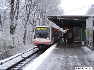 182 am frühen Nachmittag bei mir in Fuhlsbüttel Nord. Der Schnee bleibt inzwischen liegen. Der Zug fährt mit Trauerflor.