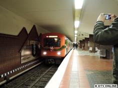 Niendorf Markt. Diese Strecke wurde seinerzeit von einem 8-Wagen-Zug DT2 eröffnet.