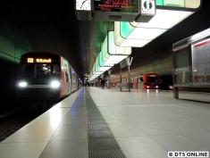 Und nu das beliebte Motiv: DT5 + DT2 am menschenleeren Bahnsteig