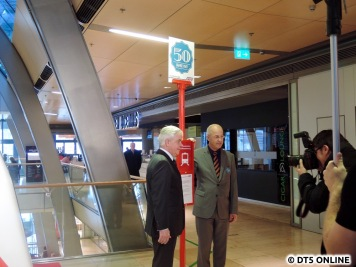Fototermin: Senator Horch und HVV-Chef Aigner an der HVV-Ersatzhaltestelle