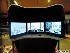Hinter dem Simulator, der dieses Mal im stehen bedient werden muss, befinden sich zwei Sitzgruppen aus einem HOCHBAHN-Bus