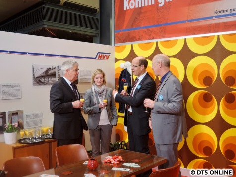 Es wird angestoßen auf 50 Jahre HVV und die Eröffnung der Ausstellung. Mit O-Saft natürlich