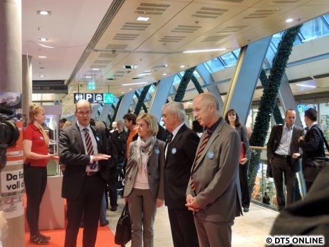 v.l.n.r.: HVV-Sprecher Hartmann, eine HVV-Mitarbeiterin, Verkehrssenator Horch und HVV-Chef Aigner