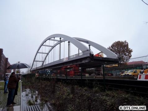 """Neue Brücke in der Totale. Sie wird das Barmbeker Bild verändern: Die alte GUB-Überquerung der S1 war wenig """"spektakulär""""..."""