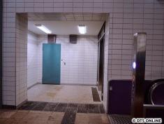 Kein Bauzaun mehr: Der Aufzug am Bahnsteig Jungfernstieg fährt noch nicht.