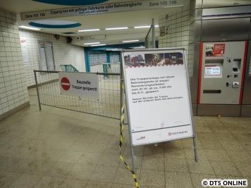 Der Westzugang zum Bahnsteig der U2/U4 in Richtung Jungfernstieg ist gesperrt