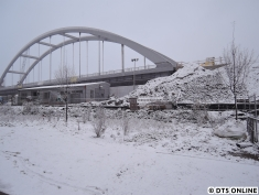 Die Brücke wurde im Laufe des Freitags eingeschoben. Aufgrund der Unregelmäßigkeiten der U1 (und des Baums) schaffte ich leider keine Fotos zwischen Uni und Arbeit.