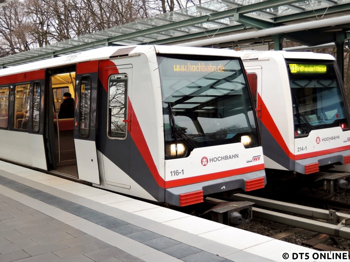 """Am 15. März zeigte sich mal ein besonderes Zugziel am DT4 116: """"www.hochbahn.de"""" - der Zug fuhr dann tatsächlich auch damit los. Weshalb das so war, blieb unklar, das Fahrgastinformationssystem lief jedenfalls…"""