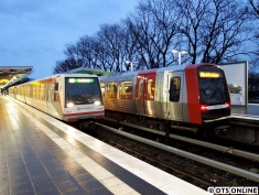 """Am Abend des 15. Januars kam es mal wieder zu einem DT4-Einsatz auf der U3. Seitdem immer mehr DT5 in den Linienbetrieb auf die U3 gehen, werden diese """"Reserveeinsätze"""" immer seltener. Da die Züge mit 60m die 90m-Bahnsteige der U3 nicht optimal ausnutzen können, werden die DT4 oft nach nur wenigen Runden wieder rausgewechselt. Hier begegnet der DT4.3 152 einem seiner Nachfolger, dem DT5 315 (gezogen von Fahrzeug 301) in der U1/U3-Haltestelle Wandsbek-Gartenstadt."""