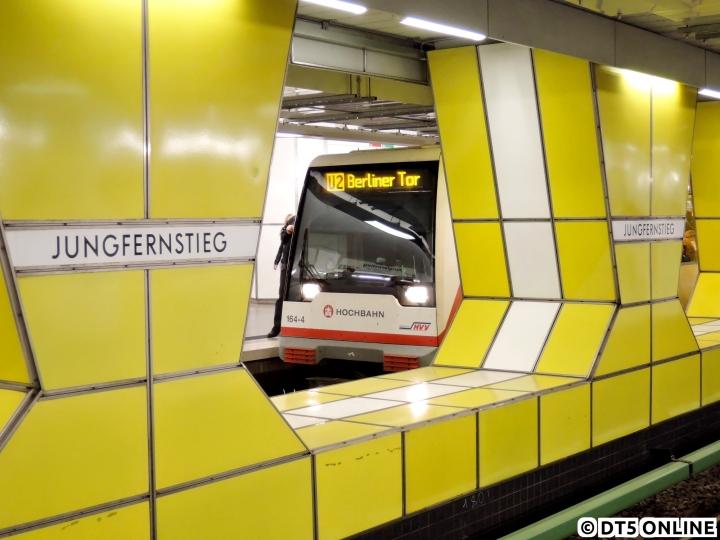 """Aufgrund des Osterstraßenfests fuhren auf der U2 am 2. Mai operativ Sonderzüge, welche zwischen Berliner Tor (teils Horner Rennbahn) und Hagenbecks Tierpark fuhren. Hier steht ein DT4-Kurzzug in der Haltestelle Jungfernstieg. Das Ziel """"U2 Berliner Tor"""" war von 2005 bis 2009 auf diesem Gleis die Regel, Grund hierfür war der Linientausch. Am Berliner Tor wechselte die U2 ja bekanntlich auf die U3 nach Mümmelmannsberg…"""