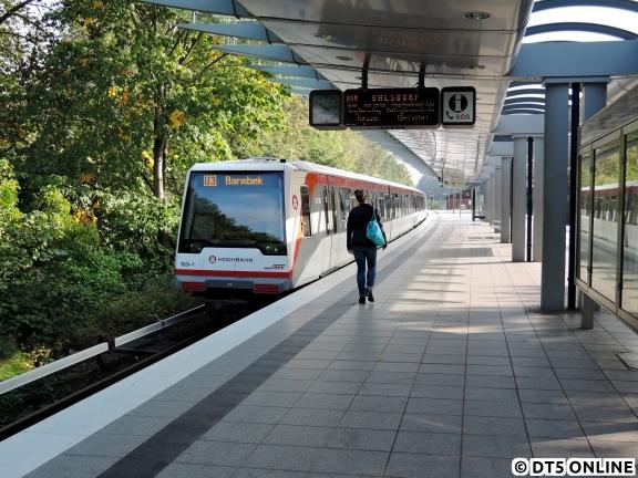 """Aufgrund eines Brückenanfahrschadens musste die U3 zeitweise bis Farmsen fahren, um abzukehren. An eben diesem 18. September fuhr ein U1-Kurzläufer dann falsch beschildert mit """"U3 Barmbek"""" in die Haltestelle Trabrennbahn ein, tatsächlich fuhr der Zug dann wie vom Zugführer korrigierend angesagt nach Ohlsdorf. Zur Betriebsweise: Bei den Aussetzfahrten wurden Fahrgäste stadtauswärts mitgenommen und ein recht ungewöhnlicher, aber alternativloser Fahrweg gefahren: Vor Wandsbek-Gartenstadt ging es wie bei der Kurzkehre an den Bahnsteig in Richtung Innenstadt, da die Brücke der U3 ins Kehrgleis gesperrt war. Mangels Gleisverbindung wurde dann hinter der Haltestelle ins U1-Gegengleis gefahren und dann zwischen Wandsbek-Gartenstadt und Trabrennbahn wieder auf das Regelgleis gewechselt. Das führte zu Verspätungen auf der U1, welche aber unvermeidbar waren..."""