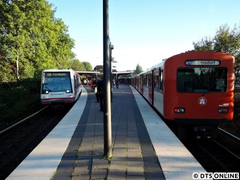 Ende September trafen sich DT4 188 und DT2 781 in der Haltestelle Ohlsdorf bei Kaiserwetter. Inzwischen gehört diese Begegnung der Vergangenheit an, da die DT2 letztmalig am 27. November im U1-Verstärkerverkehr eingesetzt wurden.