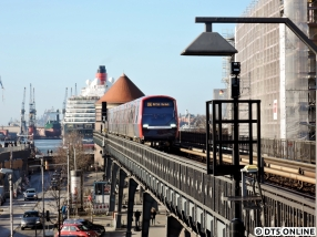Am 17. Januar passiert bei Kaiserwetter DT5 311 den Hamburger Hafen. Im Hintergrund zu sehen ist das Kreuzfahrtschiff Queen Victoria, welches bei Blohm & Voss im Dock 17 (Was für ein Zufall…) stand.