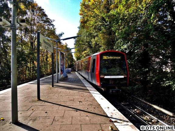 Dieses Jahr entstanden leider nur wenige Herbstaufnahmen bei der U-Bahn, aber eine davon zeigt DT5 328 an der Hoheluftbrücke. Der Zug verlässt eben diese gerade auf den Weg in Richtung Schlump - Hbf Süd - Wandsbek-Gartenstadt. Im Oktober waren aufgrund von Fahrgastzählungen viele DT3-Zählzüge auf DT5-Kursen unterwegs, da nur wenige DT5 DILAX-Zählgeräte haben…