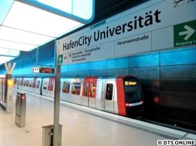 Am Abend des 7. Novembers steht DT5 336 in der Haltestelle HafenCity Universität zur Abfahrt nach Billstedt bereit. Abends lohnen sich die DT5 nicht gerade, dennoch laufen sie mindestens bis 21 Uhr… Seit dem 2. November fahren planmäßig DT5 auf der U4, auf drei DT4-Züge folgen drei DT5-Züge. Durch diesen Schritt können gerade die am morgen kritischen Fahrten nun mit längeren Zügen gefahren werden.