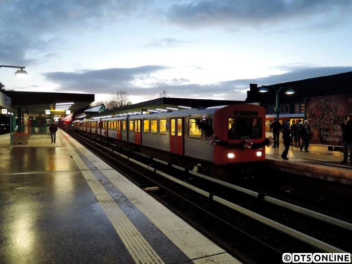 Am 28. November endete nach 53 Jahren eine Ära bei der HOCHBAHN. Die jeweils 49 Jahre alten Züge vom Typ DT2, 771, 768 und 758 setzten von ihrer Abschiedsfahrt zum allerletztem Mal auf den Betriebshof Famrsen aus. Zuvor wurden sämtliche Anzeigen auf das leere Schwarzfeld gedreht. 24 Jahre nach dem DT1 und 11 Jahre nach dem letzten Planeinsatz verabschiedeten sich die Züge mit einer Netzrundfahrt (nur abschnittsweise öffentlich) von Hamburg.