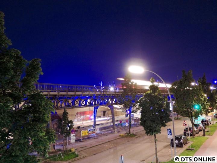 Auch in diesem Jahr erstrahlte für rund eine Woche der Hafen wieder in blau, anlässlich der Hamburg Cruise Days installierte Michael Batz wieder zahlreiche blaue Leuchtstoffröhren in der Gegend. Der DT3-LZB 925 verlässt die Haltestelle Baumwall und befährt das in diesem Jahr wieder angestrahlte Hafenviadukt. Die alte Front gibt dem Bild gleich einen historischen Touch, so könnte dies ja auch theoretisch ein DT2 sein…