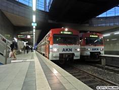 Der Zug trifft auf ein VTA-Doppel in der Haltestelle Eidelstedt Zentrum