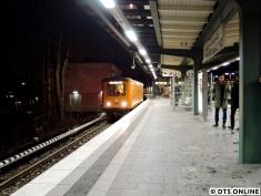 Am 10. Januar entstand dieses seltene Bild des Hilfstriebwagens HT2 an der Kellinghusenstraße. Das mit Diesel angetriebene Fahrzeug mit der Nummer 024 wurde 1967 gebaut und besitzt DT2.4-Probedrehgestelle. Der einzelne Wagen hat eine Länge von 13,80m (über Kupplung) und kommt immer dann zum Einsatz, wenn der Strom abgeschaltet werden muss und bestimmte Geräte gebraucht werden (daher ja auch der Name). Hier fährt er nach seinem Einsatz am Bahnhof Fuhlsbüttel Nord, wo am Tage ein Zug gegen ein einen Baum fuhr und wieder eingegleist werden musste, wieder zurück in Richtung Barmbek.