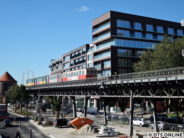 Zum Verkehrshistorischen Tag konnte man sich eigentlich kein schöneres Wetter wünschen. Da die S-Bahn kein Museumsfahrzeug einsetzen konnte, konzentrierte sich der Autor dieses Jahr auf die U-Bahn. Auf dem beliebten Hafenviadukt erreicht der 4 Wagen-Sonderzug, bestehend aus TU1, TU2, T1 und T6, in Kürze die Haltestelle Baumwall. Inzwischen sind die modernen Neubauten im Hintergrund fertig und stellen somit einen gewissen Kontrast dar.