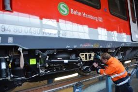 Fertigung der neuen S-Bahnfahrzeuge im Bombardier Werk Hennigsdorf - S-Bahnfahrzeug in der Fertigungshalle