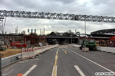 Blick auf die Zweibrückenstraße aus Richtung Westen, man stünde jetzt nah an der Haltestelle