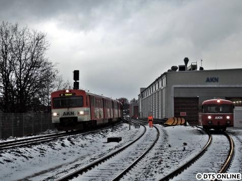 Einer der bis zu drei VTA-Verbände passiert das Betriebwerk und den dort stehenden Uerdinger Schienenbus