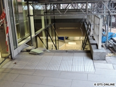 Neu sind diese Blindenleitstreifen an der Treppe