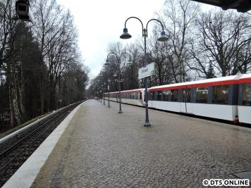 Noch ist hier der Bahnsteig nicht erhöht. Übrigens: Rechts im Bild DT4 187.