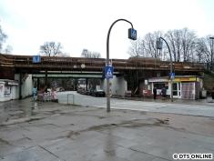 Die Brücken werden seit einiger Zeit durch Behelfsbauten ergänzt