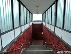 Blick von oben: links wird künftig ein ebenerdiger Gang zum Aufzug entstehen, die rechte Hälfte wird weiterhin Treppe sein, wenn auch wesentlich schmaler (vgl. Kiwittsmoor)