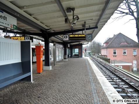 Am Bahnsteig: Blick in Richtung Kehre und Zugangsgebäude