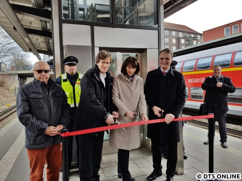Dirk Kienscherf, Manuela Herbort und Staatsrat Andreas Rieckhof (v.l.n.r.) eröffnen gemeinsam den Aufzug.