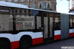 Die Türseite des Busses wurde komplett mit Bildschirmen versehen, um eine eindrucksvolle Show zum Start zu zeigen. Später unter anderem Hamburg-Silhouetten und das Logo vom Hochbahn-WLAN