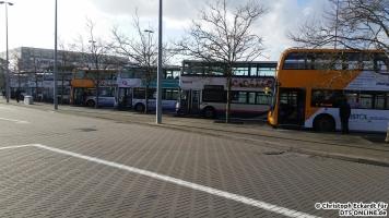 Angekommen an der Cribbs Causeway Mall nördlich von Bristol, nach einer einstündigen Busfahrt vom Stadtzentrum. Hier enden etwa 10 Linien, was für einen randvollen Pausenplatz sorgt. Bereits auf diesem Bild erkennt man, die Typenvielfalt in Bristol ist groß.