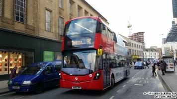 Kurz danach passierte ein nagelneuer StreetDeck zur Fahrt nach Hengrove. So modern alle Busse aussehen, eine Klimaanlage wurde bisher in keinem Linienbus in der Stadt eingebaut.