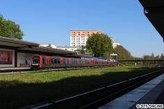 Hier erreicht einer der 9-Wagen-DT5 die Haltestelle Legienstraße. Es handelt sich um DT5 331.
