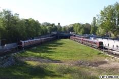 Selbiger Zug von oben: Er blieb für ein paar Minuten liegen, sodass sich ausnahmsweise 2 9-Wagen-Züge DT5 in der Haltestelle Legienstraße trafen.