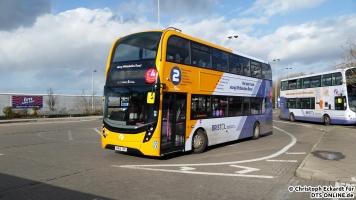 Ein Enviro 400 MMC von First dreht für seine Rückfahrt auf der Linie 2 nach Stockwood über Zentrum. Der Bus ist erst wenige Monate alt und ist sogar mit einer Start-Stopp-Automatik ausgestattet. Das kostenfreie WLAN ist Standard bei First Bristol in jedem Bus.