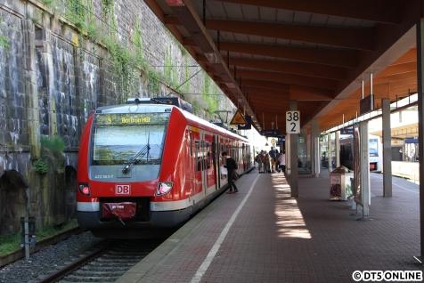 Eine S-Bahn der Baureihe 422 am Wuppertaler Hauptbahnhof, die Linie endet dort.