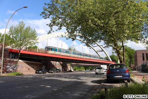 Einen Tag später war es ebenso wechselhaft, hier der Traditionszug des Vereins Historische S-Bahn eV über der Fuhlsbüttler Straße in Ohlsdorf