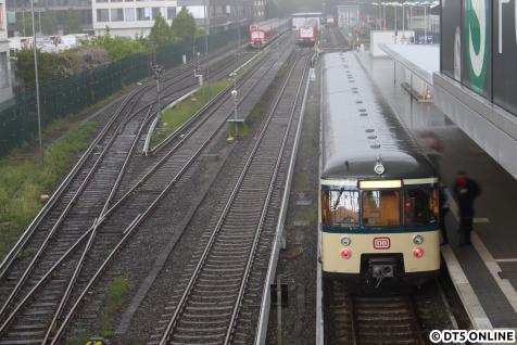 Und es wurde immer mehr, unter dem Plastikdach auf der Brücke konnte man sich kaum noch verstehen, nur noch anschreien. Der Zug fährt in Kürze zurück nach Ohlsdorf, wo die Fahrt endete.