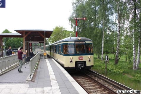 Rückfahrt nach Aumühle: Der Traditionszug in Sülldorf im Gegengleis, was kein Problem ist, da die Strecke vor und hinter dem Bahnhof eingleisig ist. So kann der Bahnübergang im Bahnhof geöffnet bleiben. Auch gut zu sehen sind die alten Formsignale, welche auf diesem Streckenabschnitt der S1 zu finden sind.