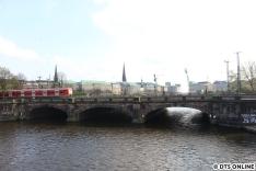 Von der Kennedybrücke: Ein Kurzzug der BR 472 fährt über die Lombardsbrücke
