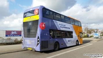 """Auf die Abfahrt wartend, steht der Bus an der Haltestelle. Das """"Route Branding"""" wurde in den letzten Monaten wieder stark verbreitet bei First Bristol und sorgt für keine Langeweile im Stadtbild. Die neuen Enviro 400 MMC sind zwar ansprechend designt, allerdings ist die Verarbeitung stark verbesserungswürdig."""