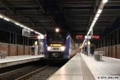 In Norderstedt Mitte ein ungewohntes Bild: Der 20 Minuten-Takt der U1 hat begonnen, zwischenzeitlich steht der LINT ganz allein.