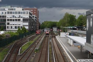 Dunkle Wolken ziehen über Poppenbüttel auf, hinten die Abstellung.