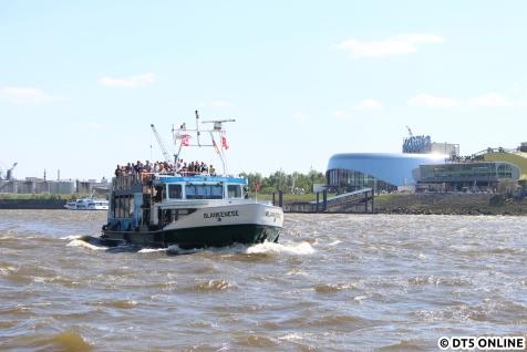 Am Sonntag an den Landungsbrücken, zwei mehr oder minder volle Hafenfähren